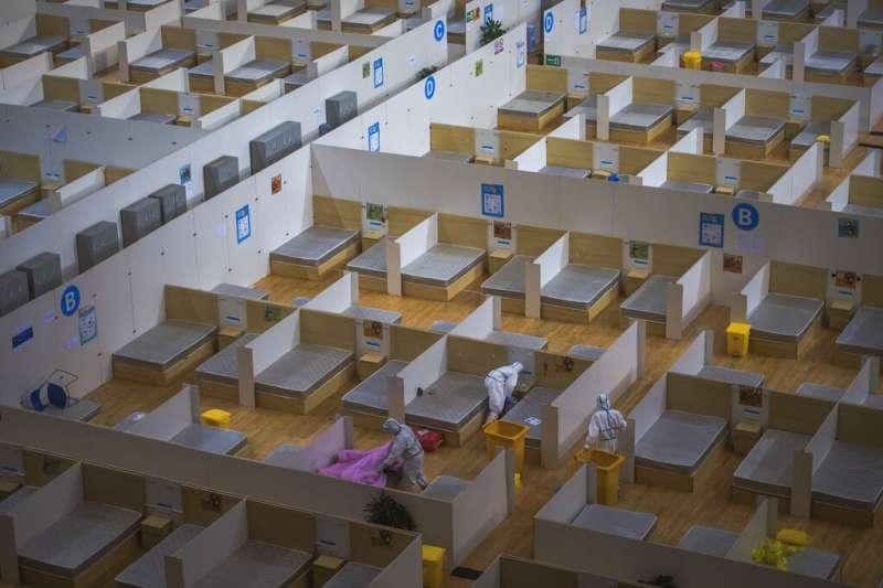 3月10日下午,位於武漢市洪山體育館的武昌方艙醫院最後一批患者治癒出院,這也標誌著武漢14家收治新冠肺炎輕症患者的方艙醫院患者清零,全部休艙。(美聯社)