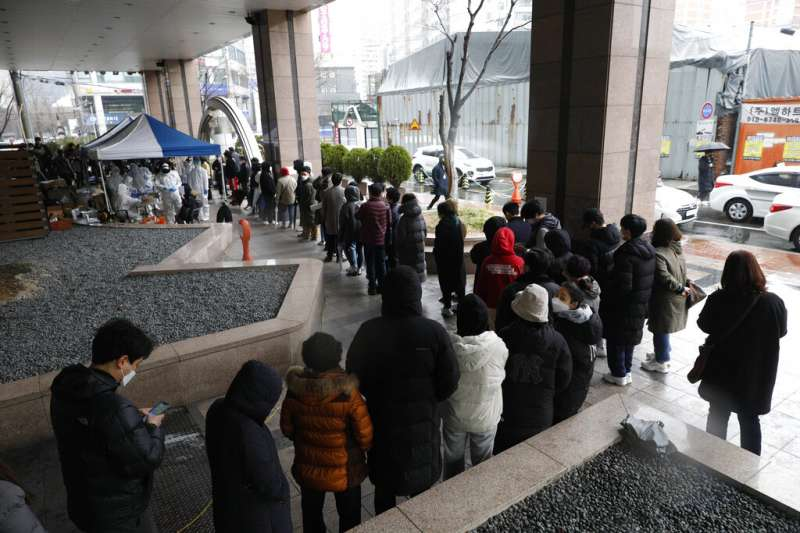 正在大排長龍想要購買口罩的首爾民眾。(美聯社)