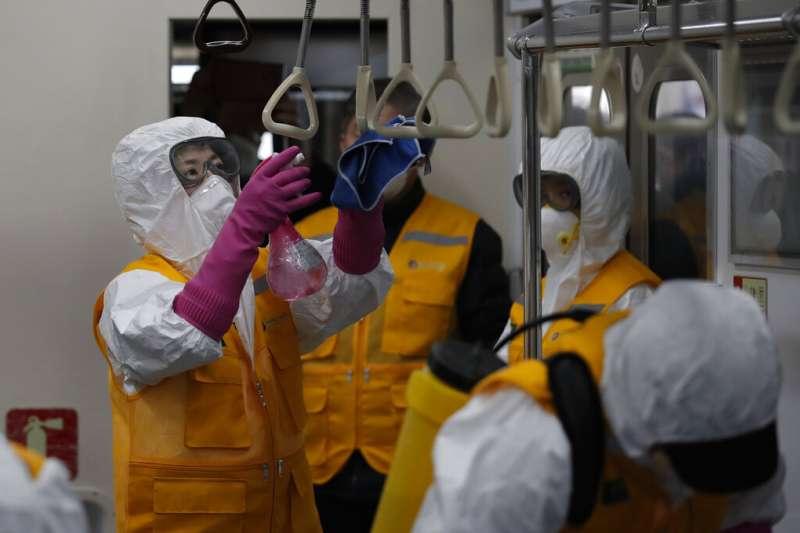 首爾地鐵正在加強消毒。(美聯社)