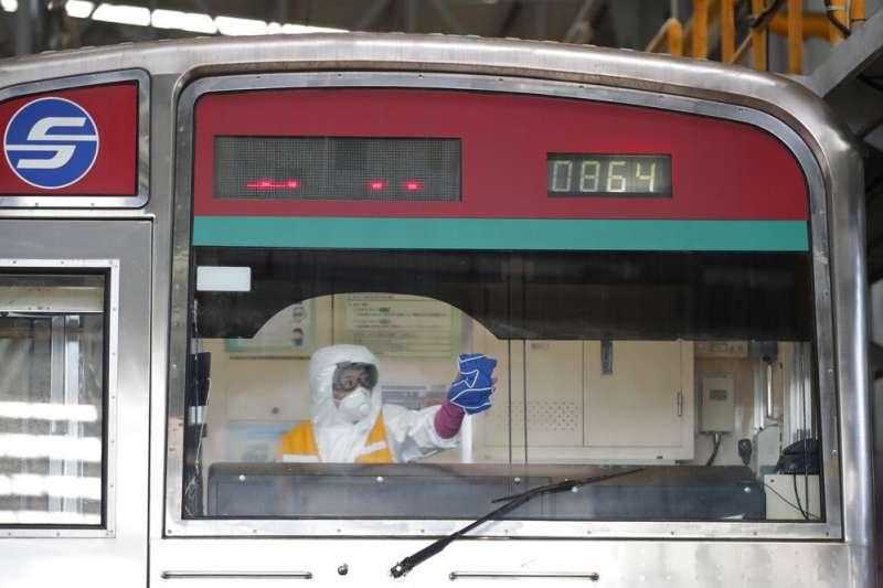 首爾地鐵的列車正在加強消毒。(美聯社)