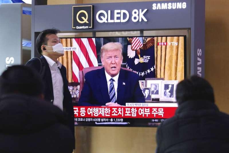 南韓民眾正在收看美國總統川普宣布禁止歐洲旅客入境。(美聯社)