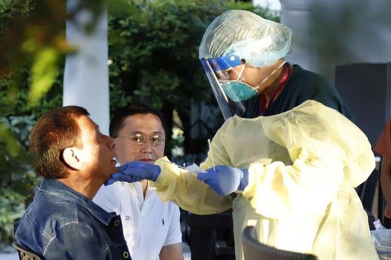 2020年3月,武漢肺炎(新冠肺炎)疫情衝擊菲律賓,杜特蒂總統(左)接受病毒篩檢(AP)