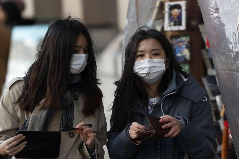 2020年3月,武漢肺炎(新冠肺炎)疫情侵襲英國,民眾戴上口罩自保。(AP)