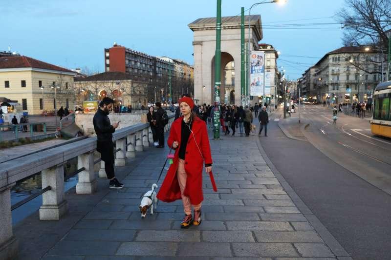 自2月底起,義大利北部爆發武漢肺炎,但不少米蘭人無懼疫情擴散,未減少外出或作社交活動。(圖/*CUP)