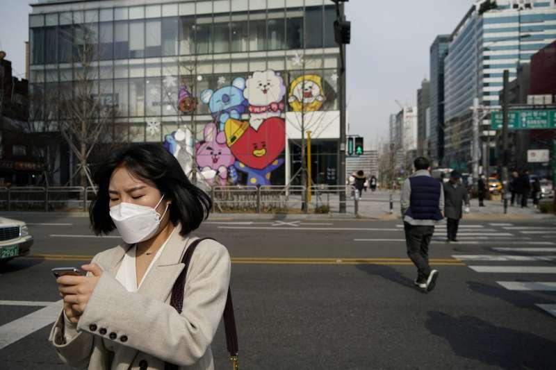 疫情之下,首爾街頭戴上口罩的韓國人。(圖/*CUP)
