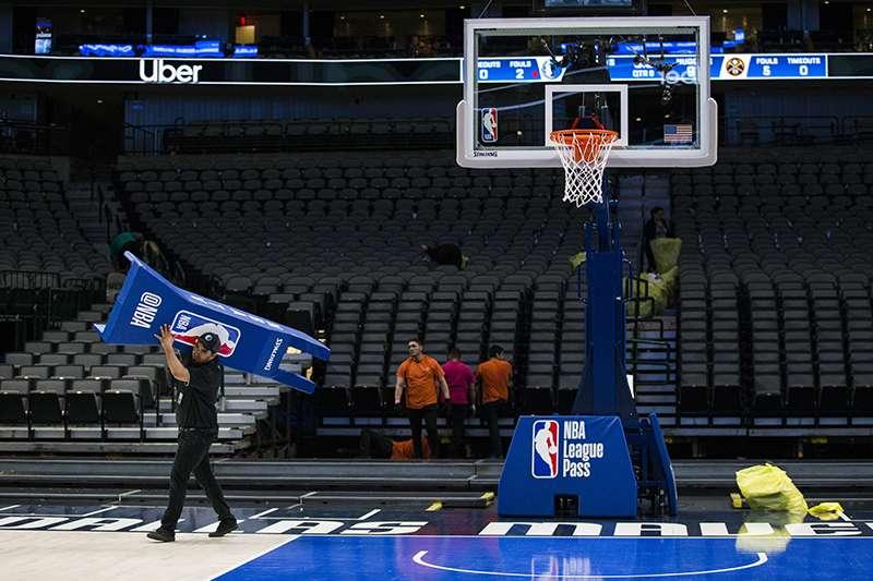 NBA 聯盟因為有球員確定感染武漢新冠病毒,導致賽季無限期停賽,預計損失上兆台幣收益。(美聯社)