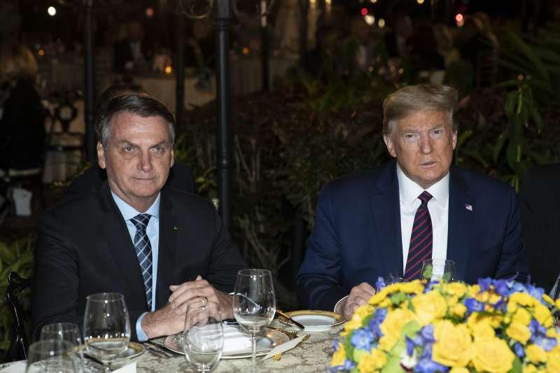 2020年3月7日,巴西總統博索納羅(左)與美國總統川普共進晚餐(AP)