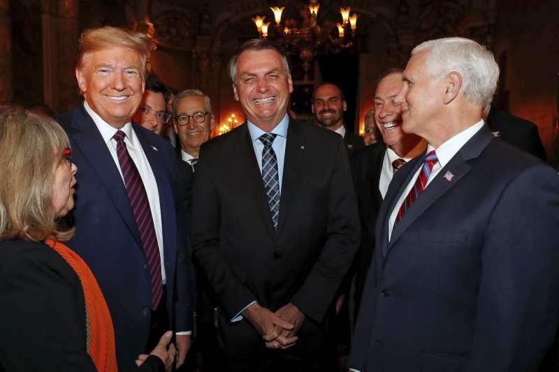 2020年3月7日,巴西總統博索納羅(中)與美國總統川普(左)、副總統彭斯(右)共進晚餐(AP)
