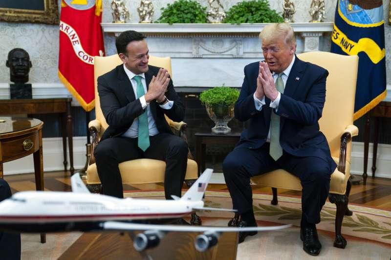 愛爾蘭總理李歐・瓦拉德卡12日造訪白宮。由於疫情嚴重,他與川普兩人並未握手,而是改為合十致意。(美聯社)
