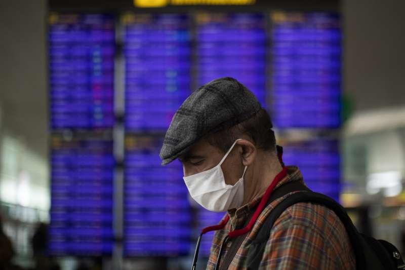 武漢肺炎(新冠肺炎)疫情衝擊全球,如何對出入境的旅客進行管制,將會是未來防疫的一大要點。(AP)