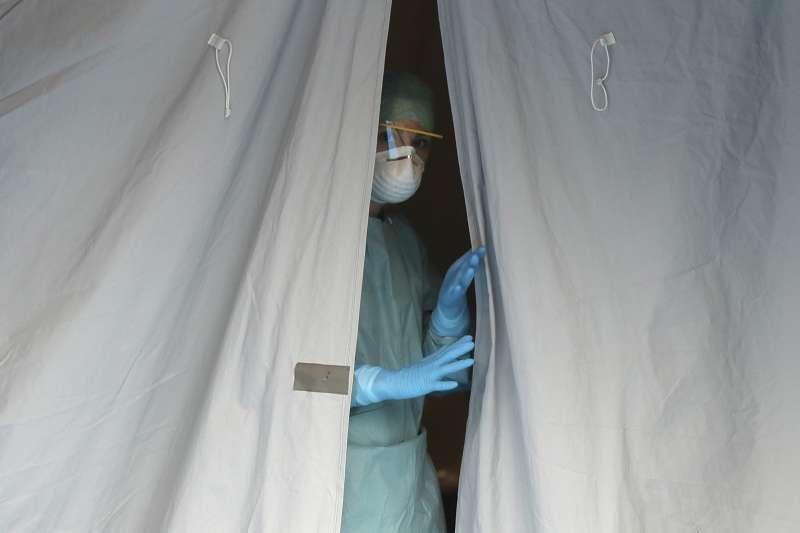 武漢肺炎(新冠肺炎)重創全球。遠在歐洲的義大利醫療體系瀕臨崩潰(AP)