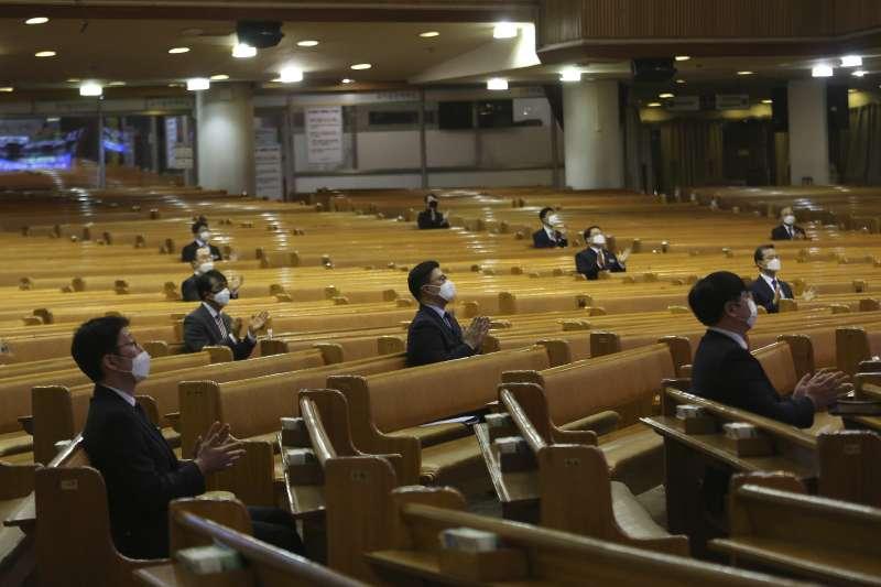 2020年3月,南韓武漢肺炎(新冠肺炎)疫情趨緩,但防疫工作不敢鬆懈,上教堂做禮拜也要「梅花座」(AP)