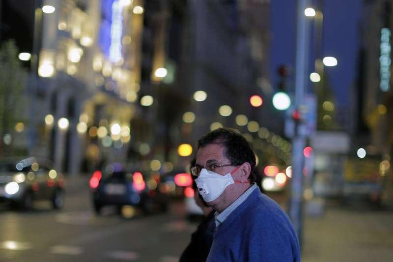 新冠肺炎重創西班牙,政府宣布全國進入緊急狀態並全境封鎖,也讓旅遊警示升級前帶團前往西班牙的里長被駡翻。(AP)