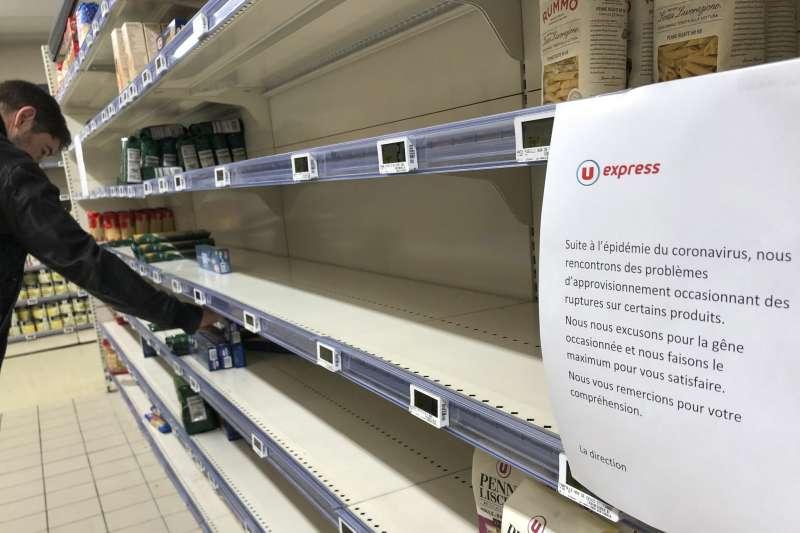 武漢肺炎疫情肆虐,法國政府宣布無限期關閉「非必要商店」,超市貨架上的防疫物資幾乎被搶購一空。(AP)