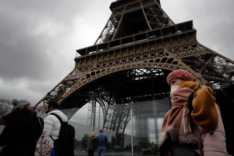 歐洲在武漢肺炎於中國發生時,未有足夠的警覺心。如今疫情燒遍全球,連巴黎地標艾菲爾鐵塔也停止對外開放。(美聯社)