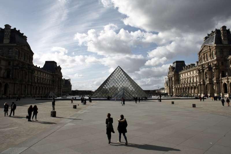 武漢肺炎疫情肆虐,法國政府宣布無限期關閉「非必要商店」,巴黎羅浮宮前人潮稀落(AP)