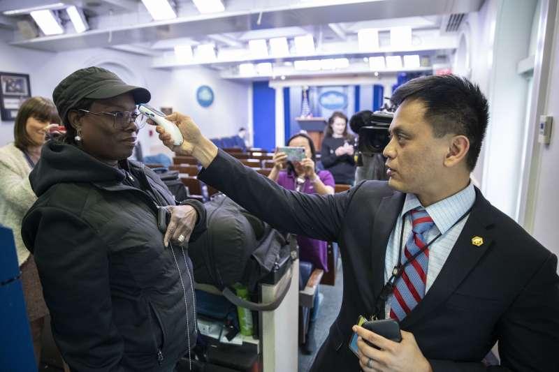 媒體進入白宮採訪前被要求需量體溫。(AP)