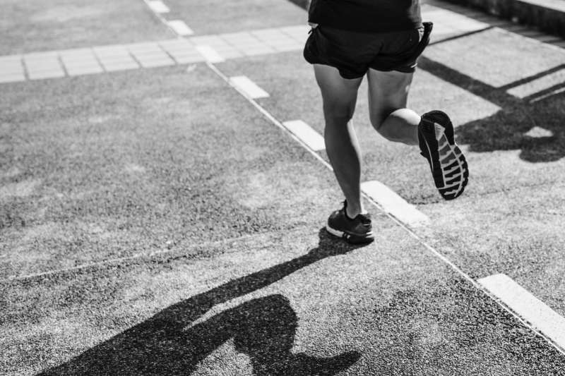 近年跑步運動的盛行,不少跑步愛好者也提早出現有足底筋膜炎的症狀。(圖:群英整形外科診所提供)