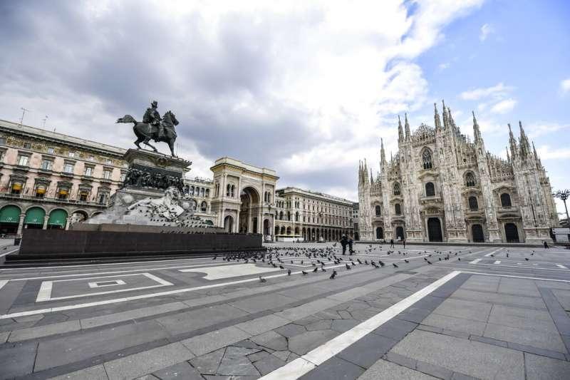 義大利疫情肆虐,人們不再上街,米蘭主教座堂的廣場也被鴿子佔領。(美聯社)