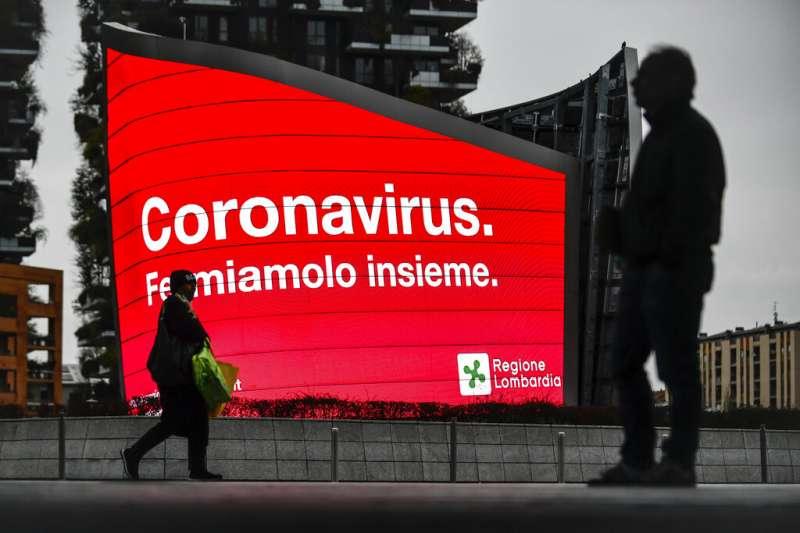 義大利疫情肆虐,圖為米蘭街頭的新冠病毒宣傳:「我們一起阻止它。」(美聯社)
