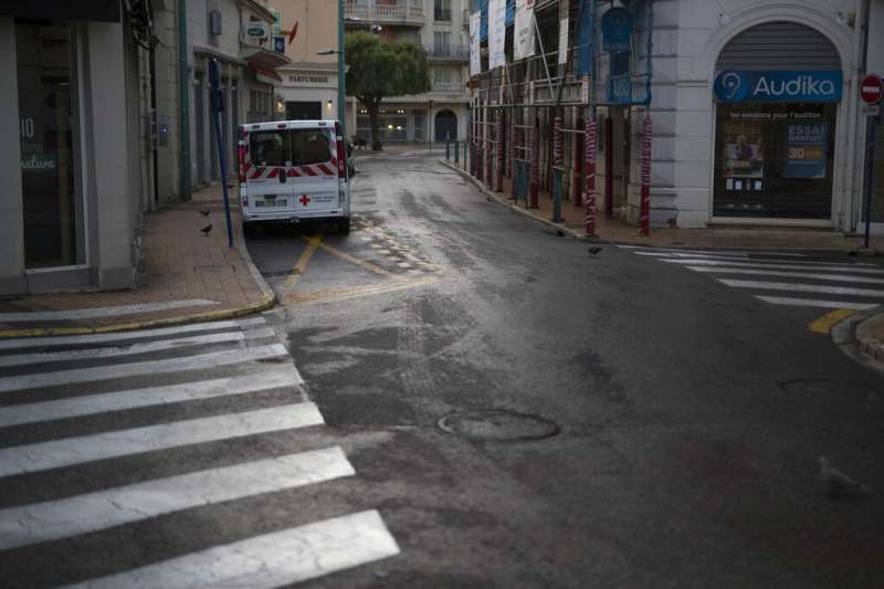 歐洲疫情肆虐,法義邊境市鎮芒通街上幾乎空無一人。(美聯社)