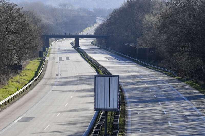 歐洲疫情肆虐,波蘭已經宣布關閉邊界。圖為德波邊界的公路。(美聯社)