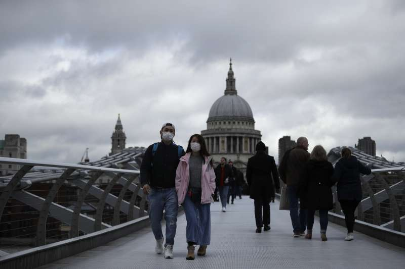 全球防疫「佛系」不敵「魔系」,圖點火英國。(美聯社)