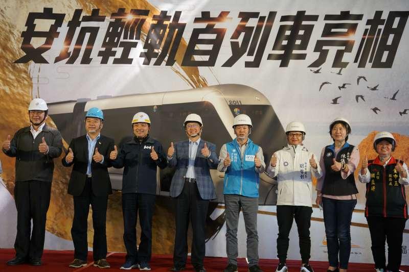 安坑輕軌首列車16日在台車公司首度公開亮相。(圖/新竹縣政府提供)