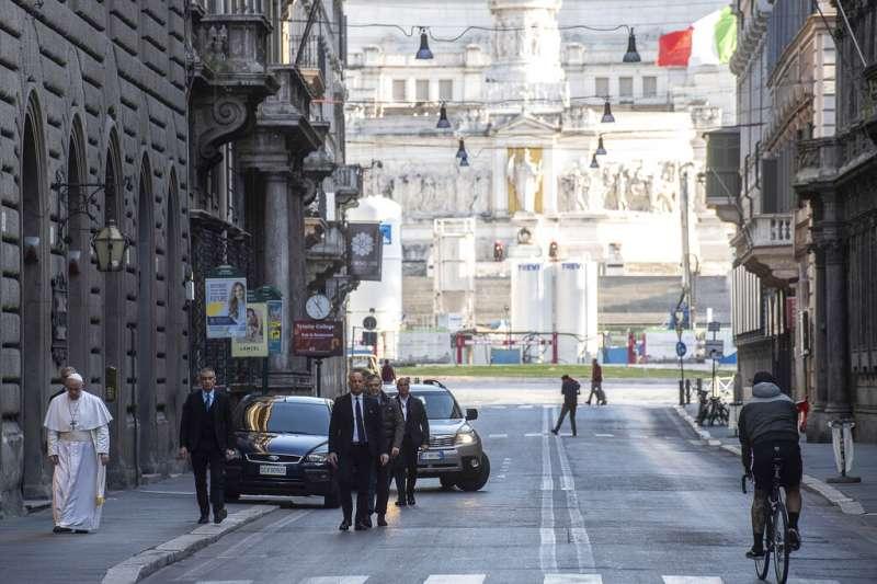 義大利疫情嚴重,教宗方濟各步行前往羅馬的聖瑪策祿堂為義國百姓祈禱。(美聯社)