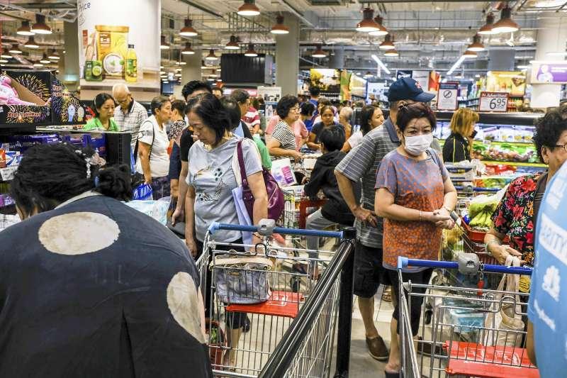 馬來西亞宣布鎖國,鄰國新加坡超市出現搶購人潮(AP)
