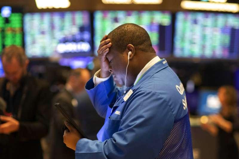 關於美股週一重挫的原因眾說紛紜,其中一種解讀是,美國10年期公債收益率這幾個月來跌跌不休,揭示了目前經濟情勢遭遇的困境。(美聯社)