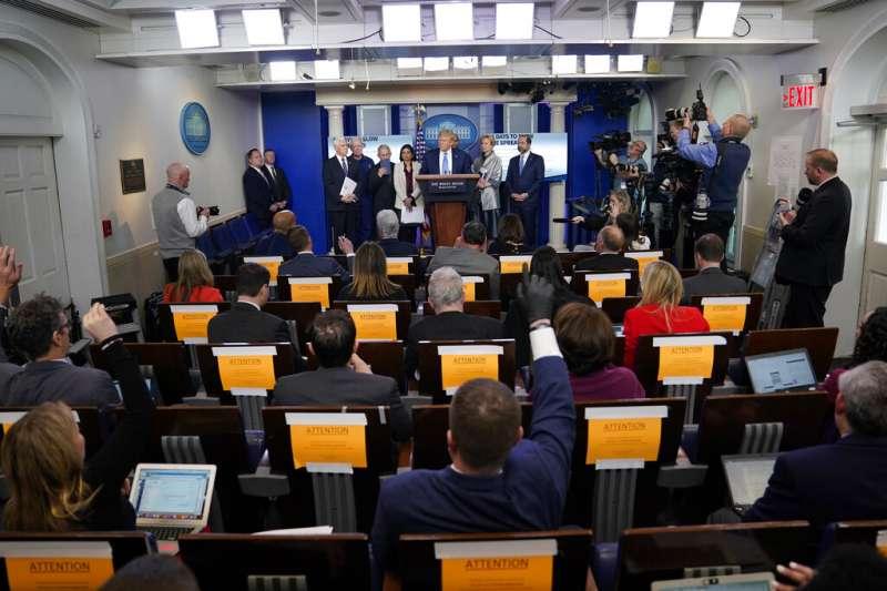 接連兩天,兩位為中國官方媒體工作的記者,因為在白宮記者會上與美國總統川普交鋒,刻意隱瞞自己中國官媒的身分,引發批評。(美聯社)