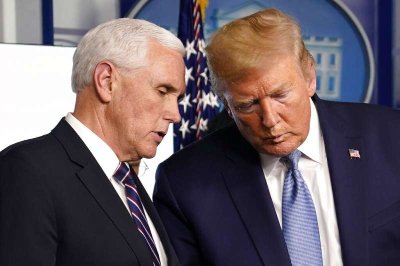 美國總統川普與副總統彭斯在新冠肺炎記者會上交換意見。(美聯社)
