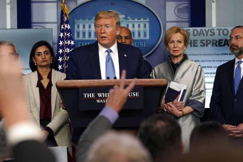 美國總統川普正在主持新冠肺炎記者會。(美聯社)