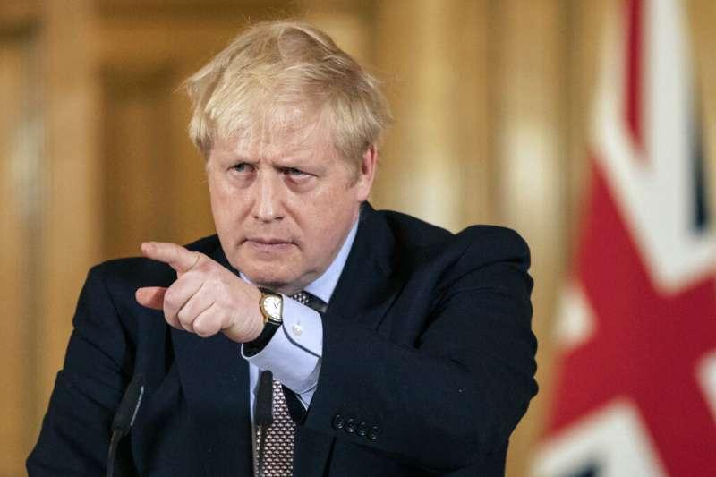 英國首相強生16日召開防疫對策記者會。(美聯社)
