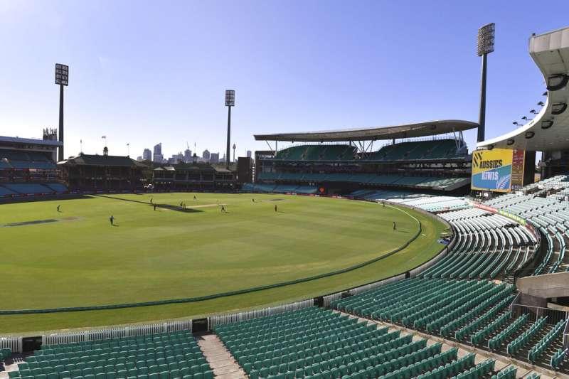 由於疫情嚴重,雪梨板球場的紐澳大戰改以無觀眾方式進行,觀眾席上空無一人。(美聯社)