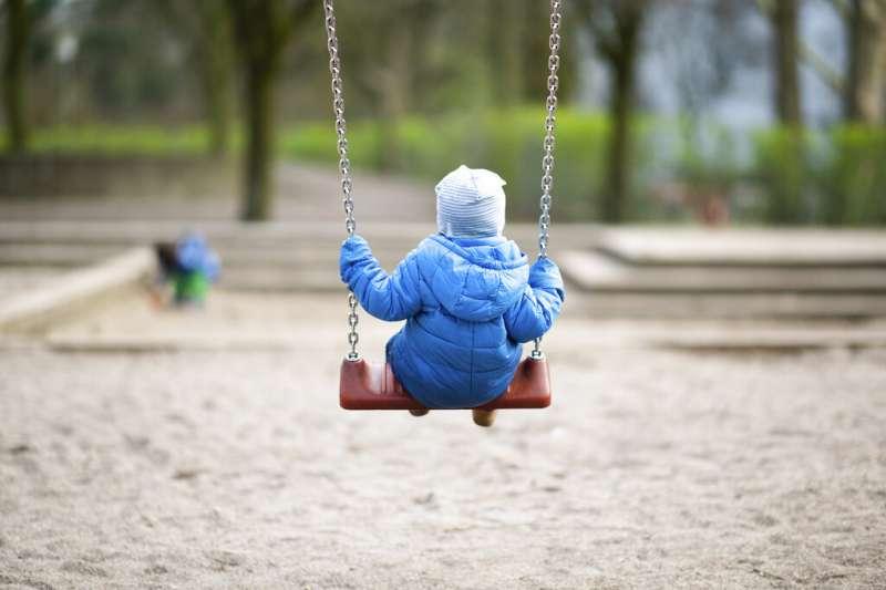 德國漢堡的小朋友正在盪鞦韆。兒童、孩子、童年。(美聯社)