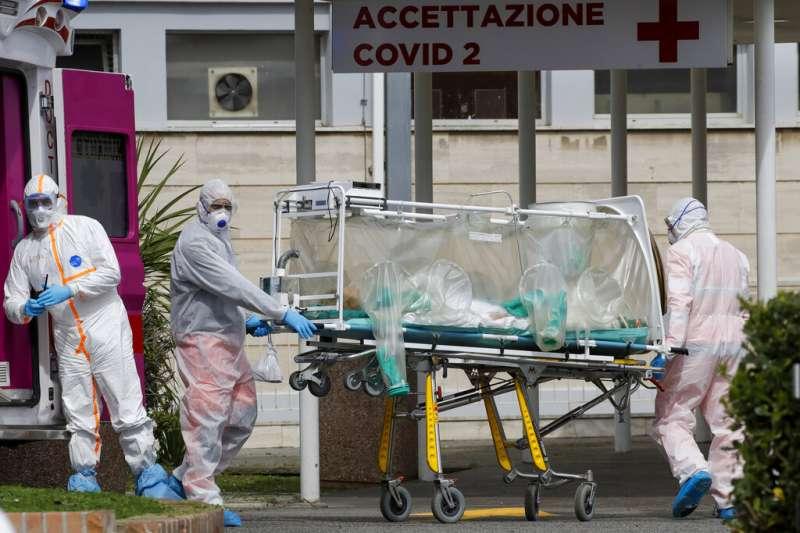義大利一位被隔離的病患被救護車送到羅馬醫院救治。(美聯社)