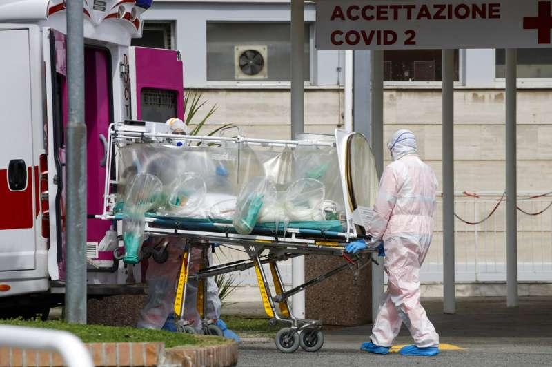 新冠肺炎肆虐歐美,醫師陳志金指出義大利疫情相當嚴峻,報章翻開是滿滿的10幾版訃文。(資料照,美聯社)