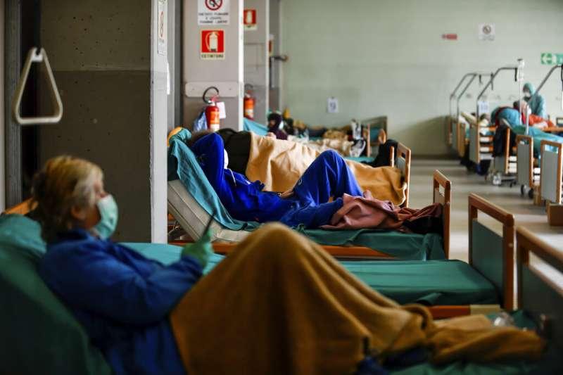 義大利北部城市布雷西亞(Brescia)的病患正在等候看診。(美聯社)