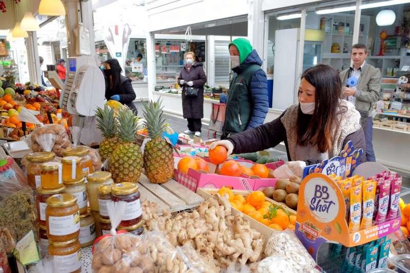 羅馬民眾在全國封鎖期間外出購物。義大利目前只開放販賣食物的商店超市與藥局正常營業,其他所有商店都暫時休息。(美聯社)