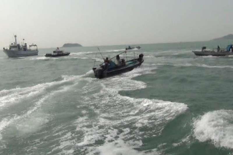 美國智庫學者馬明漢警告,面對中共內部領導的挑戰,中國國家主席習近平極有可能對台灣有所行動。圖為金門海巡隊日前執行護漁勤務,突遭10多艘中國漁船攻擊。(資料照,金門海巡隊提供)