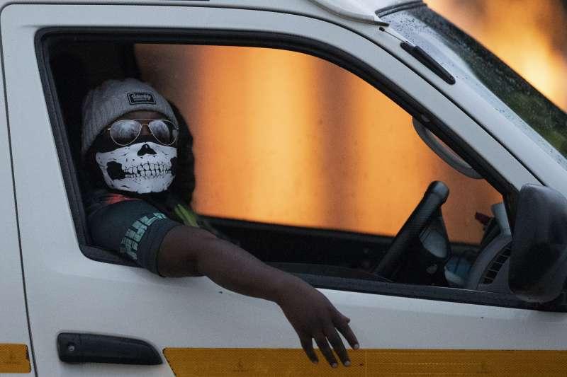 武漢肺炎:南非民眾戴口罩防疫(AP)