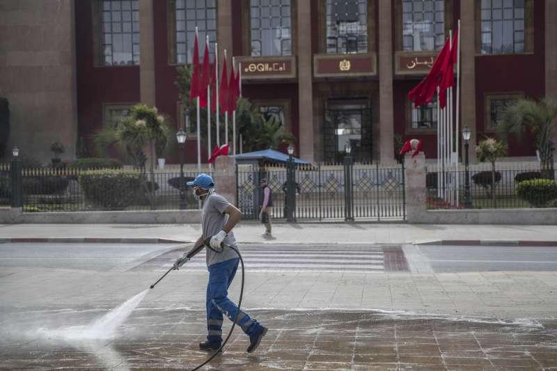 武漢肺炎:摩洛哥國會大廈前進行消毒(AP)