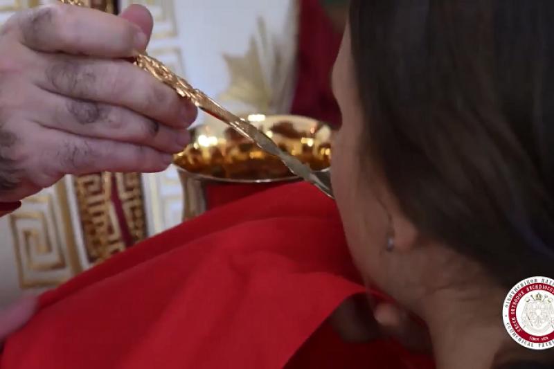 澳洲希臘正教(希臘東正教)14日仍照常舉行彌撒,更讓數百名信徒使用「同一湯匙」喝葡萄酒。(圖/截取自youtube)