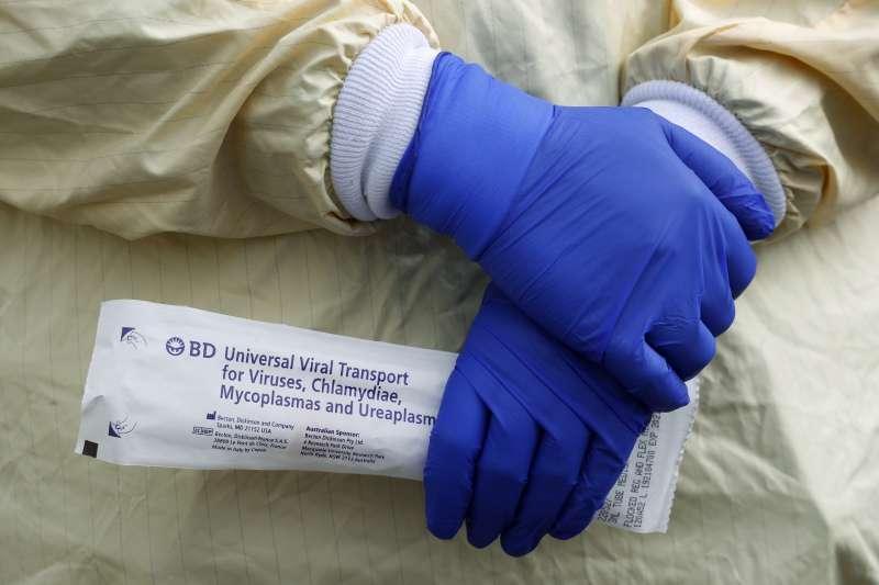 美國國家衛生院研究發現,新冠病毒可在塑膠、不銹鋼表面存活72小時、在空氣中存活至少3個小時。(AP)