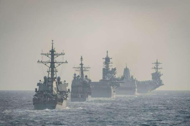美利堅遠征打擊群與羅斯福號航母作戰群在南中國海演練。(美國海軍)