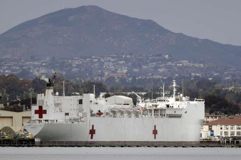 2020年3月,美國加州新冠肺炎(武漢肺炎,COVID-19)疫情升溫,當局要求海軍「慈悲號」(USNS Mercy)醫療船馳援(AP)