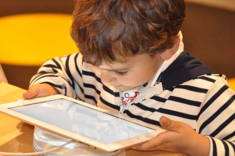 3c產品、小孩、滑手機、平版、平板電腦。(圖/pixabay)