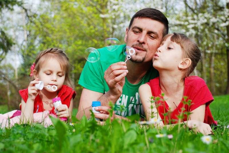 中信銀行表示,以新手爸爸為例,在成家立業初期,理財資金有限,應在此時設立退休生活目標,每月定期定額紀律投資。示意圖。(取自pixabay)